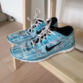Sportssko fra Nike i blå nuancer i str. 37,5 - passer str. 37. Brugt meget få gange med få brugsspor i form af svag lysebrun plet på den ene sko - pris derefter.