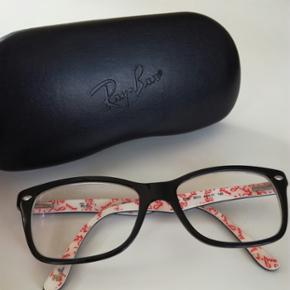 Lækre unisex ray-ban briller brugt under et år. Man kan få sat nye glas i, men nuværende styrke er: venstre: -0,25, bygningsfejl -1,0 og læsetillæg 0,75. Højre: -0,25, bygningsfejl -0,75 og læsetillæg 0,75.