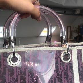 Ikonisk taske fra en ikonisk kollektion, y2k af en drøm. Pink og transparent plastik taske fra Dior.