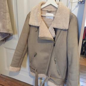 Lækker jakke fra ZARA - aldrig brugt. Sælges billigt.