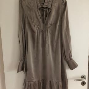 Fin kjole i 97% silke og 3% spandex fra By groth - skred i søm ved ærme (som dog er syet) - derfor lav pris