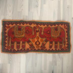 Indisk dug med elefantmotiv. Kan også hænges op på væggen. 40/84 cm.