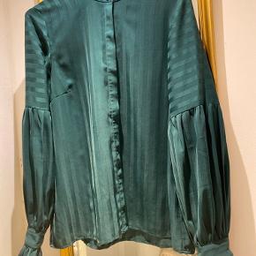 Flot flaskegrøn skjorte fra Y.A.S.                   Brugt og vasket en enkelt gang. Vaske/str. mærket er klippet af, men det er str. M/L.
