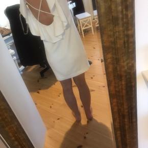 Flot kjole i råhvid og med bar ryg