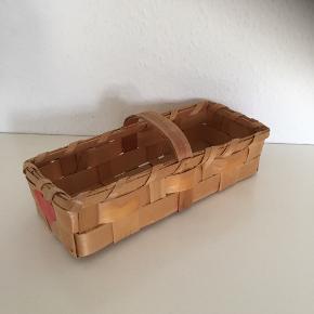 Retro fletkurv Kurv med hank rektangel form ca 40 x 12 cm  De røde hjerter kan let fjernes hvis ønskes   Vintage opbevaring fra 70-erne   Sender gerne  Se flere annoncer