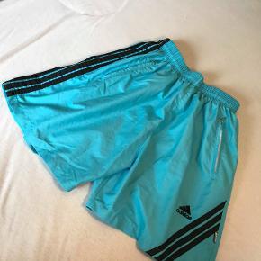 Et par lækre farvestålende shorts fra Adidas.