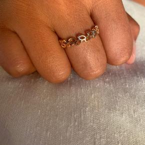 Super fin ring til kun 125kr 😌 Jeg sælger den fordi jeg ikke længere selv kan passe den. Den måler 2cm i diameter og 3mm i bredden. Og har et meget svagt skær af rosa i sig.
