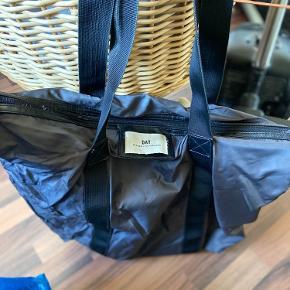 DAY taske i meget mørkelilla farve. Brugt, men fejler intet.