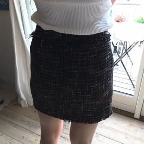 sort nederdel med multifarvet tråde i🌈