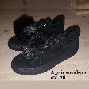 Apair Fontane sko /sneakers i læder, str. 38, m. gummisål, nye, ubrugte, i org. æske, med dustbag.  Passer en alm. str. 38, dullen er i kunstpels, og kan tages af, se fotos.  Værdi: 1500 kr. Pris: sælges til 500 kr., eller fair bud - sender gerne eller kan afhentes på Frb.