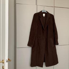 Oversize frakke fra H&M Trend. Der står 44 i den, men passer en M/L. Jeg var S/M da jeg købte den, og har elsket størrelsen da den var rummelig.