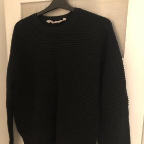 Brand: Basic Apparel Varetype: Bluse Farve: Sort Oprindelig købspris: 300 kr.  Lækker trøje i flot sort rib. Fin stand og fin sort i farven.