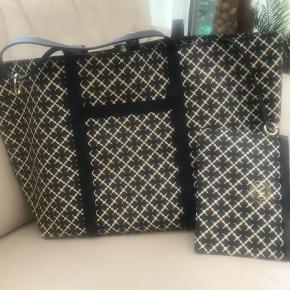 Shopper med klassisk signatur mønster sort og råhvid Med afknappelige lomme, kan bruges separat som clutch  Mål 53 x 33 cm Nypris 2.499kr