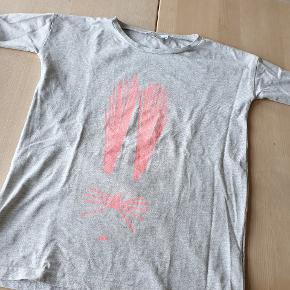 Oversize T-shirt fra GRO Sender gerne ved køb for mere end 150 kr.