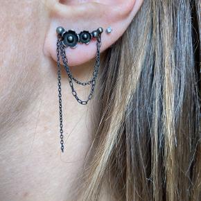Rå og feminine øreringe, oxyderet sterlingsølv. Højre + venstre. Sælges samlet.