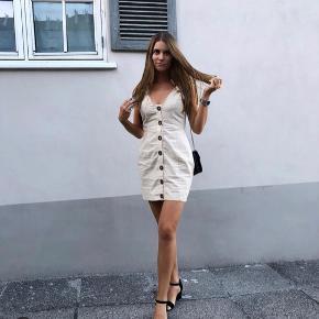 Smukkeste sandfarvede / beige kjole fra Prettylittlething. Brugt få gange.