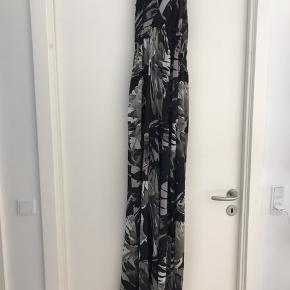 Lang halterneck kjole i sort med gråbeige print.