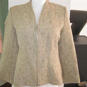 Varetype: super flot bluse fra lipo lipo Farve: se billede Oprindelig købspris: 699 kr.  super flot bluse fra lipo lipo, helt ny :)