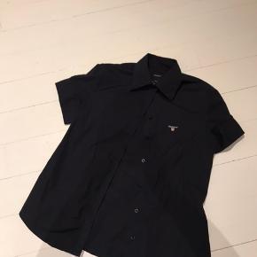 En lækker GANT skjorte, str. er nok til en small eller en lille medium.   Håber på en god handel.