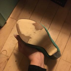 Rigtig flotte heels i blå'grøn  Brugt en enkelt aften ..  husker ikke mærke men er købt i fields .   De er str 36 .  Kom med bud 🌸