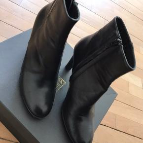 Meget smukke støvletter. Købt for små, derfor meget lidt brugt! Bemærk de er små i størrelsen!