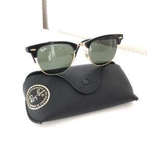 Unisex. RayBan clubmaster solbriller velholdt med. Alm. Brugsspor og med etui + pudseklud.