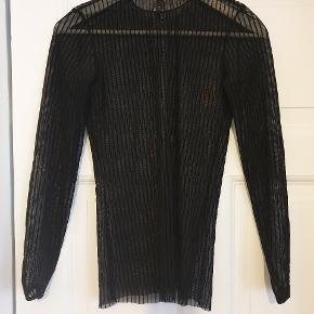 Langærmet trøje i mesh, med bløde striber i noget der minder om velour.