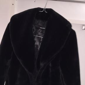 Faux fur jakke fra Vero Moda i xs. Jeg er selv en small, og den har passet mig fint i størrelsen. Den har et hul under det ene ærme, ellers fejler den ingenting. 100 % polyester. Nypris 700 kr. Sælges for 300 kr. Prisen er fast, og uden fragt 😊