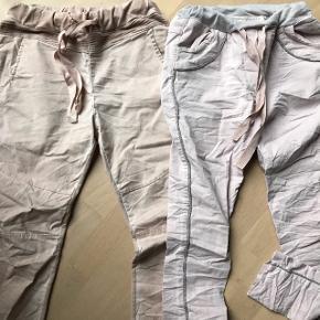To par fede sweatbukser - joggers sælges samlet for 100,-Det ene par er gl rosa ( brugt 2 gange)og det andet er svag rosa med sølv detaljer( aldrig brugt)😀 Det er One size så de passer str s-m-l  Nypris 750,-  Begge par for 100,- plus evt Porto