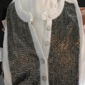 Smuk skjorte fra Plus Fine med flotte sølv lignende perler😀