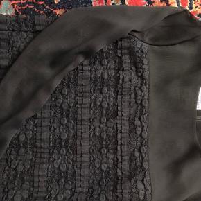 Virkelig smuk sort skjorte med gennemsigtige ærmer og brodering