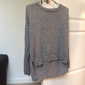 Sweateren er mærket som str. M, men passer nok bedre til en som str. S