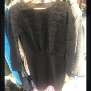 Købt for stor og derfor aldrig brugt. Super smuk kjole.