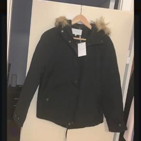 Kort jakke i sort fra VILA. Pels på hætten. Pelsen er aftagelig. Jakken har både lynlås og knapper. Jakken er kun prøvet, men aldrig brugt.