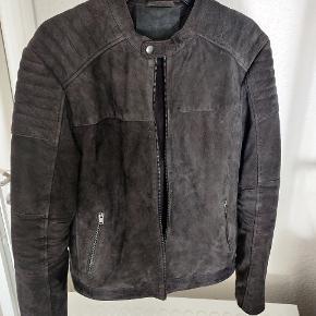 Sælger denne suede læderjakke fra SELECTED HOMME. Super lækker jakke, som ikke fejler noget.   Størrelse: Large Nypris: 2.000 kr.  Køb nu: 499 kr.