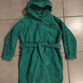 Varetype: Badekåbe Størrelse: 6år Farve: Grøn  Den ene strop i siden skal lige syes ordentlig fast
