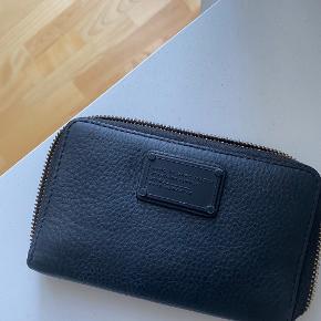 Rigtig fin limited pung fra Marc by Marc Jacobs med sort hardware. Stort set ikke brugt og derfor ingen slid.