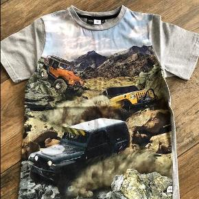 Varetype: T-shirt Farve: Multi  Så fin t-shirt fra Molo. Nåede ikke at komme i brug, derfor ny/næsten som ny. Fra røgfrit hjem. Handler via MobilePay, tilbyder at betale portoen for køber.