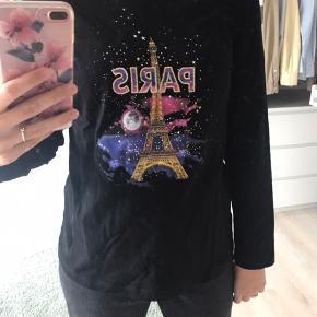 Basic bluse med Paris logo foran ☺️