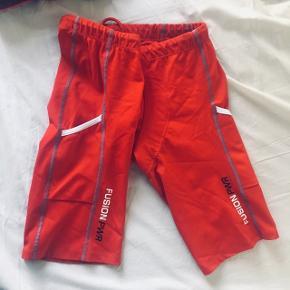 """Fusion multisport shorts med lommer. Super tight til triathlon, spinning og ikke mindst løb. Meget tynd """"pude"""" i bunden sikrer total komfort. Er en str medium, men meget lille. Brugt 2 gange. Er blevet lidt kradset nogle steder af velcro, men ses næsten ikke."""