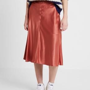 Satin nederdel i flot stand, Heaston model. Kun brugt et par gange.  Skjult lynlås på siden.