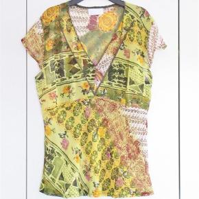 9195113a089 Brand: Succo Varetype: Top, let transparent i indisk viscose Farve: Gul,