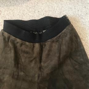 Cropped grønne ruskindsbukser fra Stella Nova i str. 34. Er ikke brugt mange gange. Har lynlås i siden.