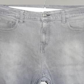 Carhartt Sonic Pant i str 33/32, livvidde 45 cm, benlængde 80 cm. Bukserne er brugt men ellers i ok stand