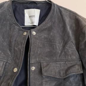 Lækker jakke i ruskind fra Mango.  Der står str. L i jakken, men den svarer mere til en str. S