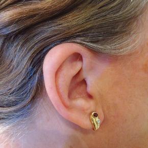 14 kt guld med DIAMANTER og granater,  100% NYE   Billede 1+2+3: 1 par ørestikker udført af 14kt. guld - stemplet 585.  Hver ørering er med en oval-facetteret granat og med 1 diamant på ca. 3,6 x2,6 mm, i alt ca. 0.01 ct., Farve: Top-Crystall (J), Klarhed: P1.  Vægt ca. 1,8 g.  Kvittering haves. Dokumentation for ÆGTHEDEN haves.  Ingen byt, og prisen er fast.  Desuden sælger jeg div ringe og brocher. Se billede 4 og frem