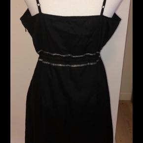 Smuk sort kjole med sølv detaljer og i 100% bomuld i perfekt stand str 42. 125kr