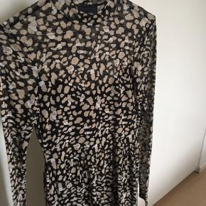 Kjole fra object i mesh, brugt en enkelt gang. Afhentes i Aalborg eller sendes på købers regning😊 Np 550