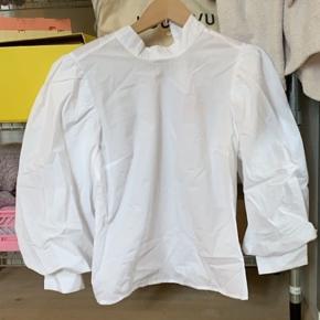 Sælger denne skjorte fra stradivarius som er mega fin med høj hals og pufærmer Sælges udelukkende da den ikke nåede hjem i tide til den fest den skulle bruges til:) Byd endelig