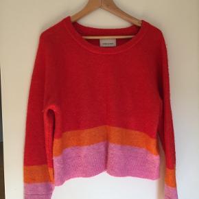 Sweater i Alpaca og uld fra Samsøe & Samsøe. Brugt men fremstår på ingen måde slidt pga. den gode kvalitet.